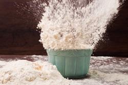 Mehl in Schuessel explodiert