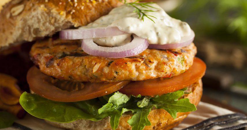Burger z lososom in s sezamom