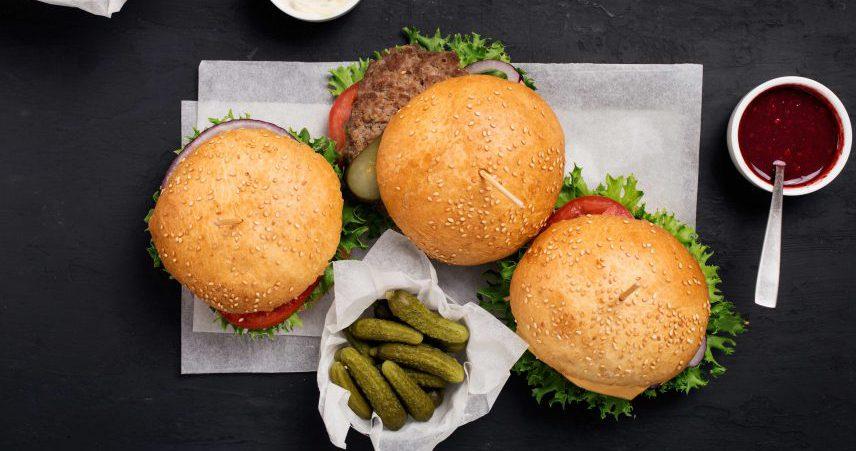 Hamburger iz govejega mesa s sirom cheddar, čebulo in bučkami