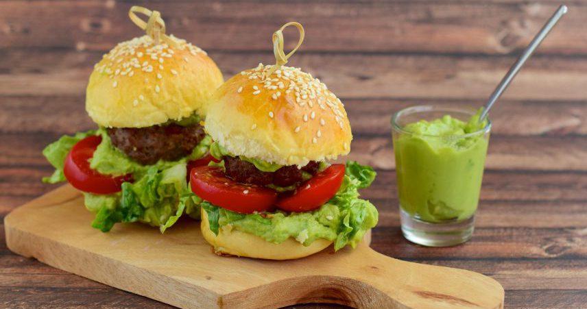 Mini burgerji s stročnicami, kvinojo in avokadom