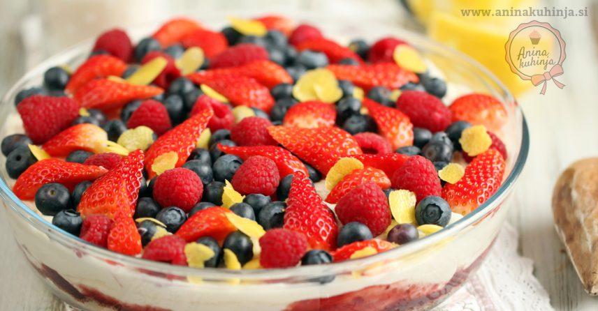 Poletna kremna torta z jagodičevjem brez peke
