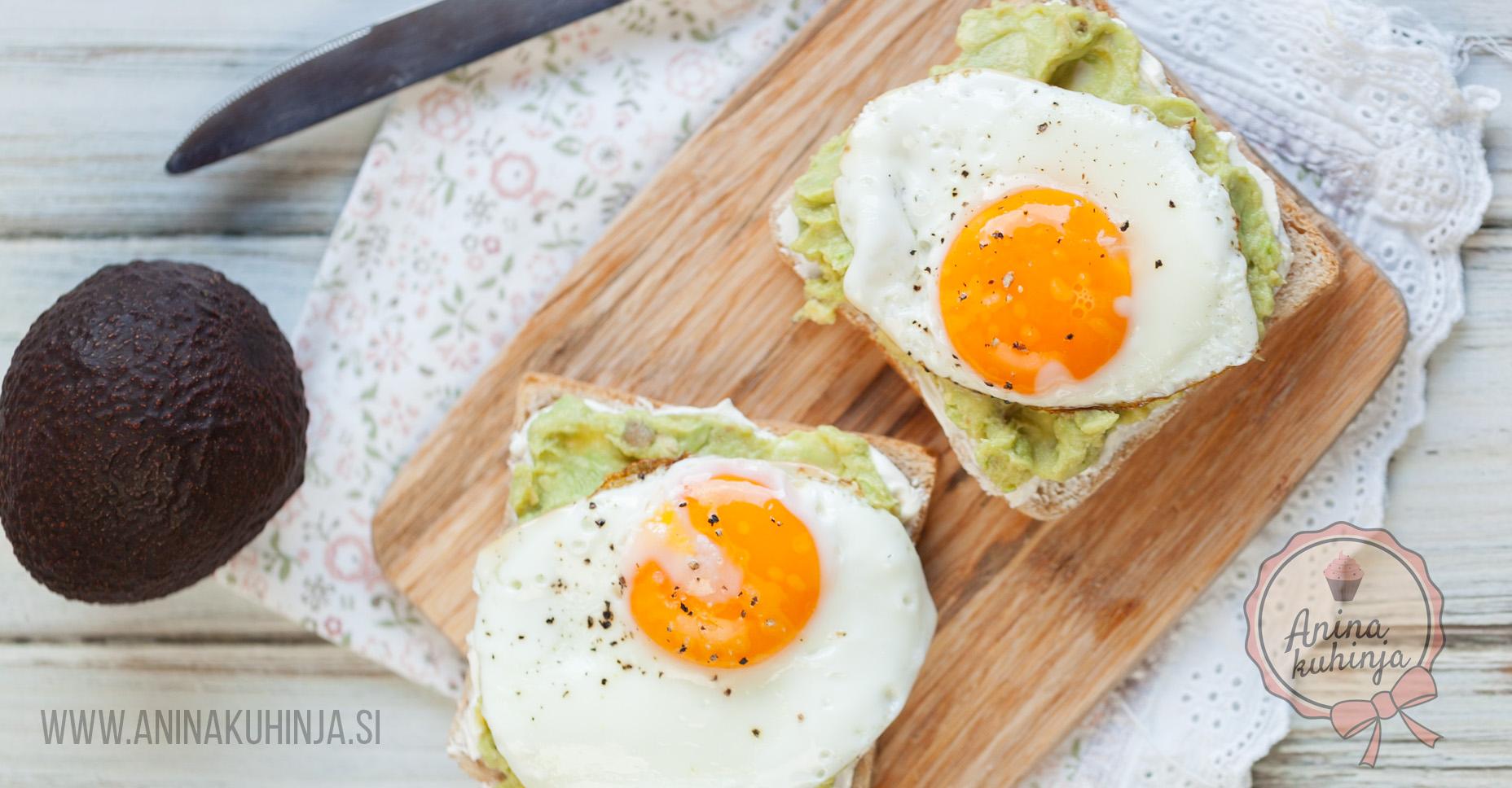 Toast s kremnim sirom, avokadom in jajcem