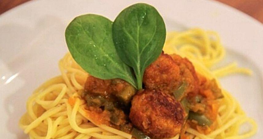 Špageti s piščančjimi kroglicami v curryevi omaki