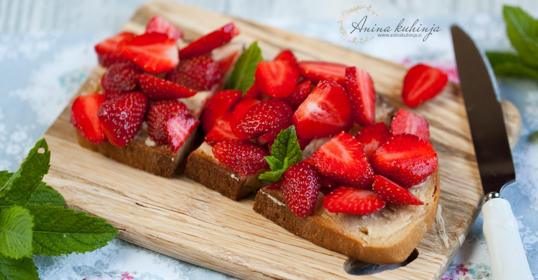 Kruhki z medenim maslom in svežimi jagodami