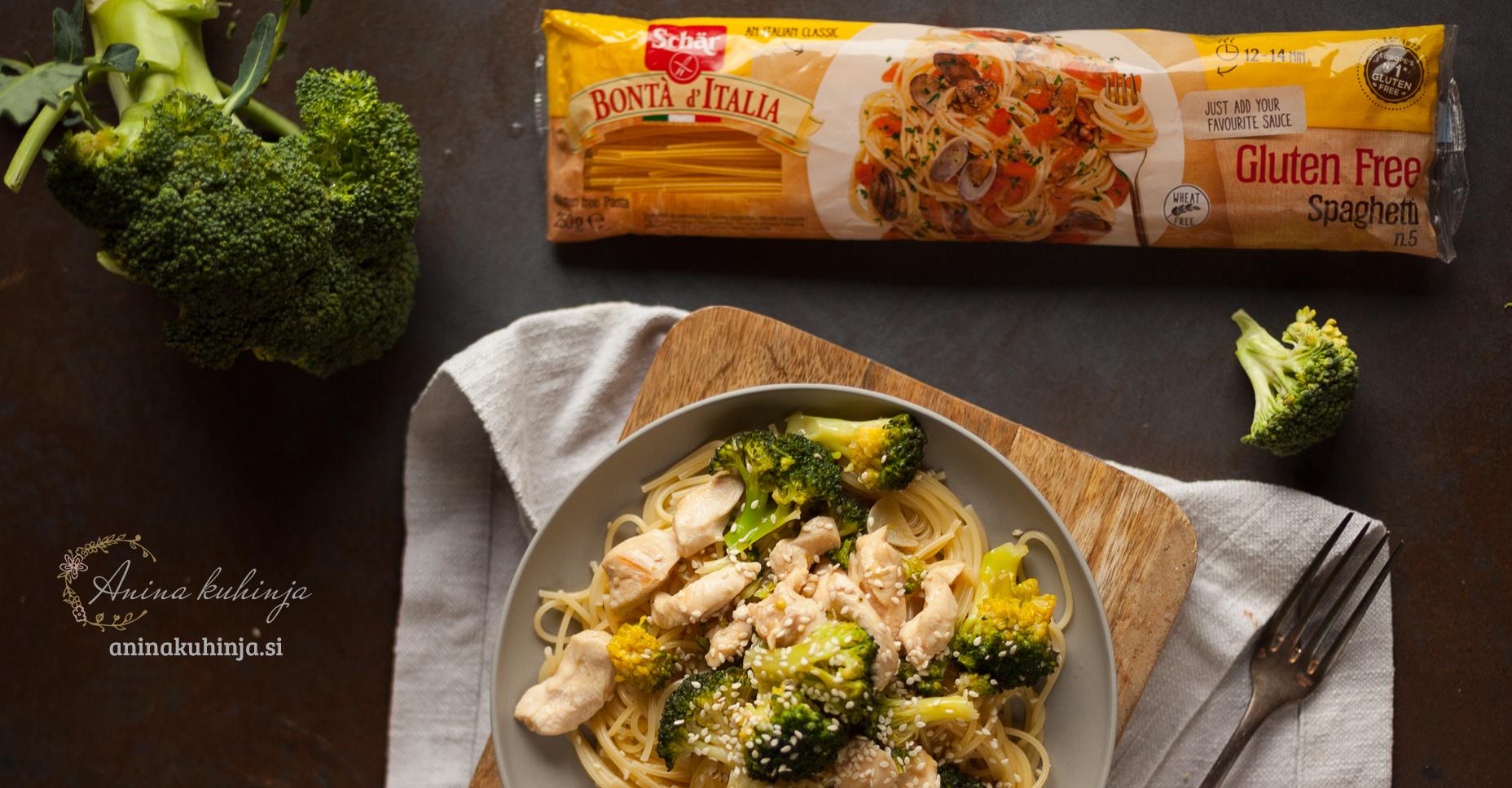 Azijski špageti z brokolijem, piščancem in sezamom