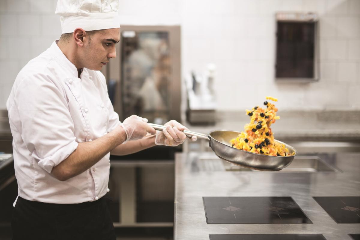 Hrana brez glutena zahteva previdnost pri pripravi, zato kuhar dela uporablja ločeno posodo in očiščene površine