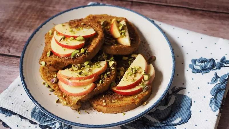 Francoski toast z jabolkom, cimetom in pistacijami